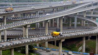 L'échangeur deHuangjuewan est organisé sur cinq niveaux différents avec quinze bretelles d'accès et huit directions différentes. (ZHONG GUILIN / XINHUA)