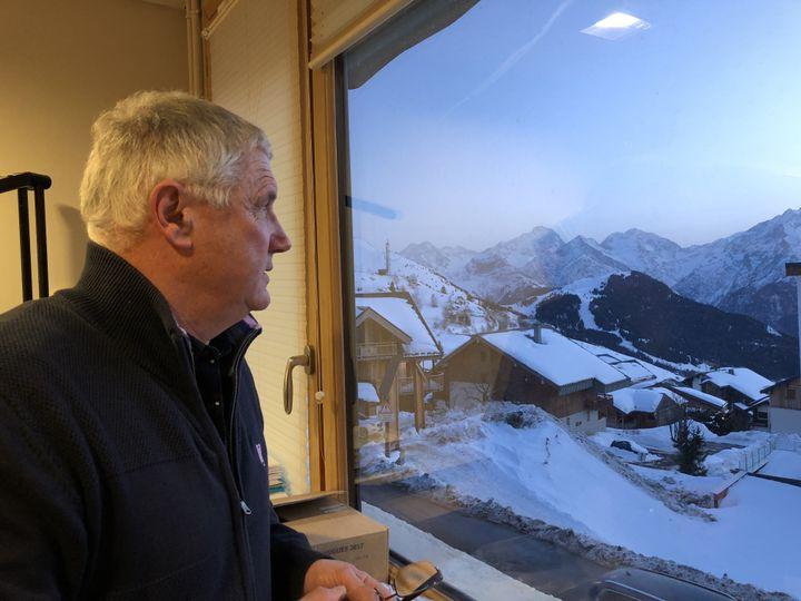 Jean-Yves Noyrey, le maire l'Alpe d'Huez (Isère), dans sa mairie, le 22 janvier 2020. (RAPHAEL GODET / FRANCEINFO)