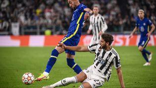 Hakim Ziyech face à Manuel Locatelli lors du match entre la Juventus et Chelsea, le 29 septembre (MARCO BERTORELLO / AFP)