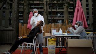 Des soignants pratiquent des tests au bassin de la Villette, à Paris, le 25 août 2020. (GONZALO FUENTES / REUTERS)