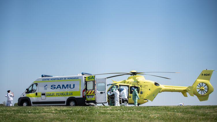 Un hélicoptère du Samu sur le point de décoller de Périgueux (Dordogne), le 10 avril 2020. (ROMAIN LONGIERAS / HANS LUCAS)