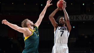 Kevin Durant en action lors de la demi-finale du tournoi olympique de basket, à Tokyo le 5 juillet 2021. (ARIS MESSINIS / AFP)