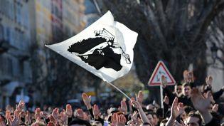 Un drapeau corse flotte au-dessus des manifestants le 22 février 2016 à Bastia (Haute-Corse). (CHRISTIAN BUFFA / MAXPPP)