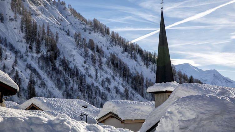 Le village du Tour, près de Chamonix (Haute-Savoie), sous le neige, le 22 janvier 2018. (MAXPPP)