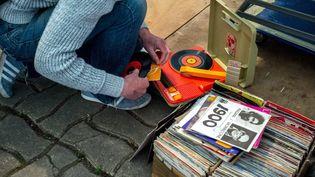 Fouiller dans les bacs de vinyles pour dénicher une pépite... (BRUNO LEVESQUE / MAXPPP)