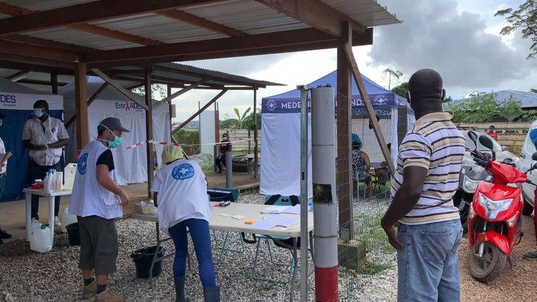 L'ONG Médecins du monde a installé une clinique de campagne àMatoury, à 15 kilomètres de Cayenne, en Guyane française. (FRANCEINFO / RADIOFRANCE)