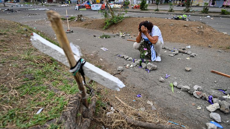 Une femme pleure la mort de manifestants lors de rassemblements contre le gouvernement du président Ivan Duque, le 29 mai 2021 à Cali (Colombie). (LUIS ROBAYO / AFP)