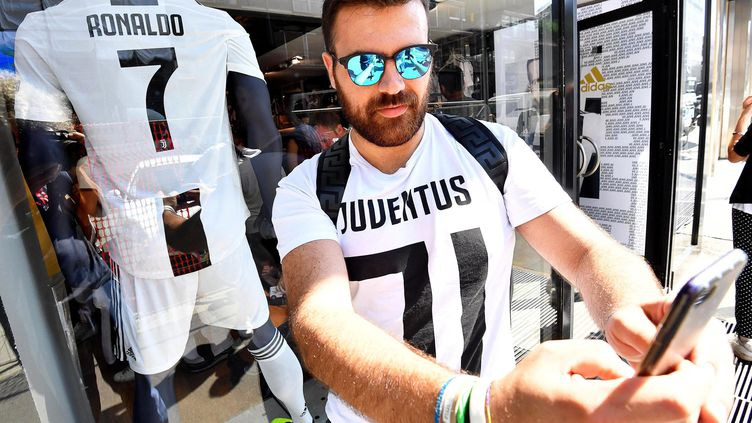 Un supporter de la Juventus devant le maillot de Cristiano Ronaldo. (DANIEL DAL ZENNARO / MAXPPP)