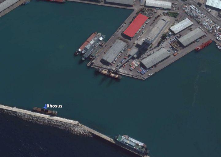 """Le """"Rhosus"""" a été déchargé puis déplacé à quelques centaines de mètres du hangar 12 (en rouge) du port de Beyrouth (Liban), dans lequel a été stockée la cargaison de nitrate d'ammonium. (CAPTURE D'ECRAN GOOGLE EARTH / FRANCEINFO)"""