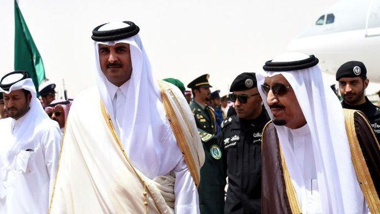 Le roi Salman Ben Abdelaziz (à droite) accueillant l'émir du Qatar, Cheikh Tamim Ben Hamad al Thani, à son arrivée à Riyad pour le sommet du Conseil de Coopération du Golfe, le 5 mai 2015. (AFP Photo/Fayez Nureldine)
