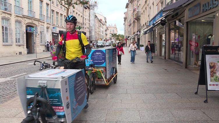 """Mehdi Devouse, fondateur des """"Coursiers nancéiens"""" conduit son vélo-cargo dans les rues de Nancy. (France 3 Nancy)"""