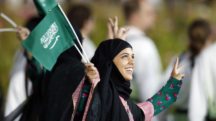 Une athlète saoudienne participent à la parade pendant la cérémonie d'ouverture des Jeux olympiques de Londre, en 2012. (SUZANNE PLUNKET / REUTERS )