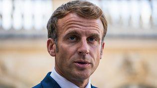Emmanuel Macron le 6 septembre 2021 dans la cour du Palais de l'Elysée. (XOSE BOUZAS / HANS LUCAS)