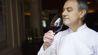Un chef apprécie le bouquet d'un vin. (FREDERIC CIROU / ALTOPRESS / AFP)