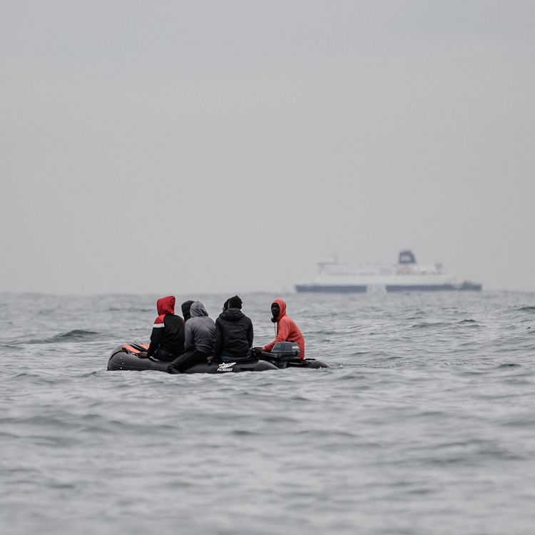 Des migrants tentent de rejoindre le Royaume-Uni, le 27 août 2020, au large de Sangatte (Pas-de-Calais). (SAMEER AL-DOUMY / AFP)