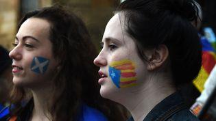 Des manifestantesavecdes drapeaux écossais et catalans peints sur leurs joues, lors d'une manifestation en soutien à la Catalogne, le 9 octobre 2017 à Glasgow (Ecosse, Royaume-Uni). (ANDY BUCHANAN / AFP)