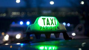 Des chauffeurs de taxis bloquent l'accès à l'aéroport Roissy-Charles-de-Gaulle (Val-d'Oise), le 26 janvier 2016. (KENZO TRIBOUILLARD / AFP)