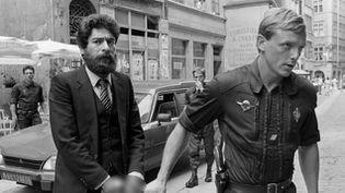 (Georges Ibrahim Abdallah lors de son arrivée au tribunal en 1986 © Reuters-Robert Pratta)
