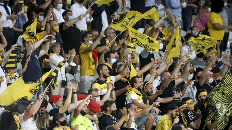 Les supporters du Stade rochelais au stade Pierre-Mauroy de Lille, lors de la demi-finale du Top 14 contre le Racing 92, vendredi 18 juin. (JEAN CATUFFE / AFP)