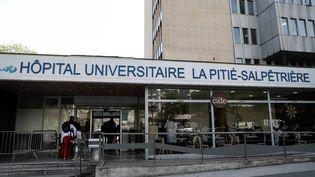 L'hôpital de la Pitié-Salpêtrière, à Paris, qui a accueilli l'enseignant de l'Oise, photographié ici le 15 avril 2019. (KENZO TRIBOUILLARD / AFP)