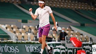 Stefanos Tsitsipas lors de sa rencontre face à John Isner au deuxième tour de Roland-Garros. (CHRISTOPHE ARCHAMBAULT / AFP)
