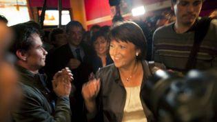 Martine Aubry accueillie par une petite centaine de ses partisans, tard jeudi soir à Paris, dans une brasserie sur les grands boulevards. (FRED DUFOUR/AFP)