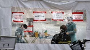 23 novembre 2020 : Dans une rue de Paris, sous une tente, des soignantsréalisent des tests antigéniques pour détecter le Covid-19. (THOMAS COEX / AFP)