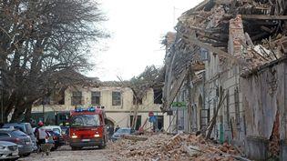 Des travaux de déblaiement et des opérations de sauvetage après le séisme dans la région de Sisak, en Croatie, le 29 décembre 2020. (STRINGER / ANADOLU AGENCY / AFP)