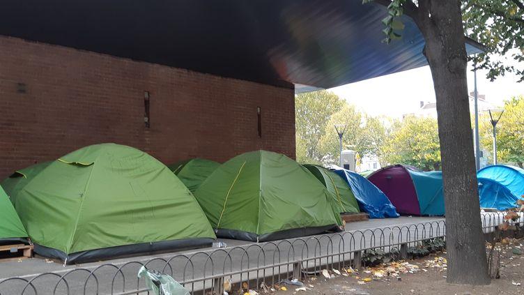 Un campement de migrants à la porte de la Chapelle, au nord de Paris, le 25 octobre 2019. (RÉMI BRANCATO / FRANCE-INTER)