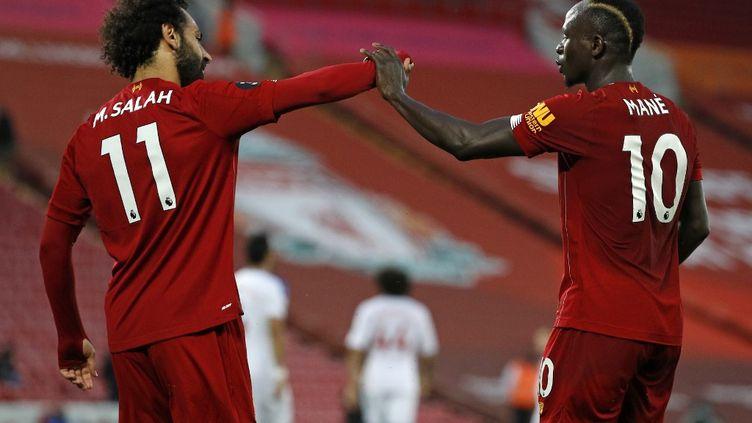Mohamed Salah et Sadio Mané célèbrent le quatrième but de leur équipe, lors du match contre Crystal Palace, le 24 juin 2020 à Liverpool.  (PHIL NOBLE / POOL)