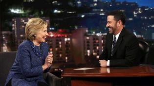 """La candidat démocrate Hillary Clinton face à l'animateur de ABC Jimmy Kimmel, le 5 novembre 2015, au cours de """"Jimmy Kimmel Live"""" à Hollywood (Californie) (RANDY HOLMES / AP / SIPA)"""