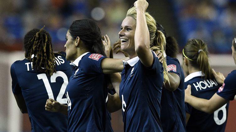 Amandine Henry et les Bleues tenteront d'aller décrocher une première médaille olympique à Rio (FRANCK FIFE / AFP)