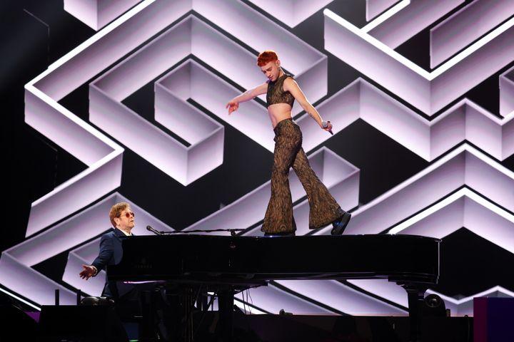Elton John et Olly Alexander durant les BRIT Awards 2021 à l'O2 Arena de Londres, le 11 mai 2021. (JMENTERNATIONAL / GETTY IMAGES EUROPE)