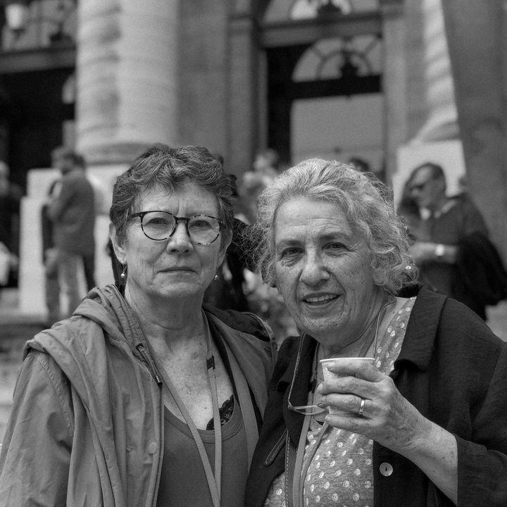 Martine, mère de Romain, et Nadia, mère de Lamia, photographiées au Palais de justice, lundi 20 septembre. Lamia et Romain buvaient un verre à La Belle Equipe lorsqu'ils ont été tués par l'attaque terroriste du 13-Novembre. (DAVID FRITZ-GOEPPINGER POUR FRANCEINFO)