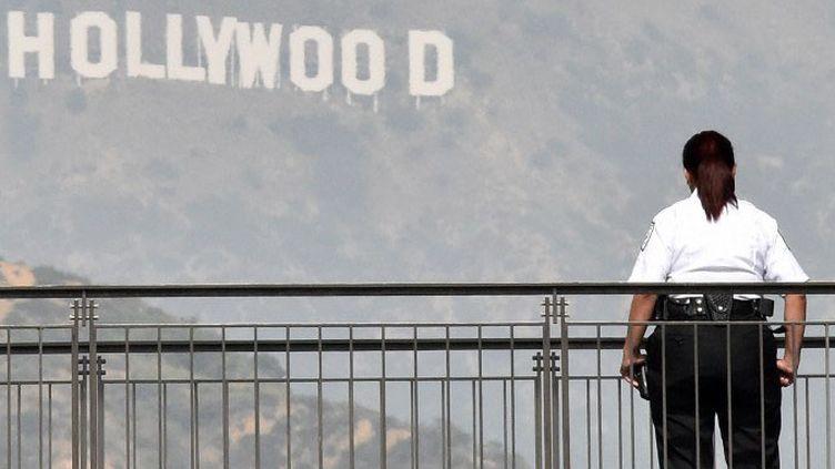 Une agent de sécurité en faction sur la terrace du Dolby Theatre de Los Angeles  (MLADEN ANTONOV / AFP)