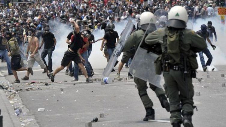 Les manifestants s'affrontent avec la police anti-émeute devant le Parlement grec le 29 Juin 2011 à Athènes (AFP PHOTO / ARIS MESSINIS)