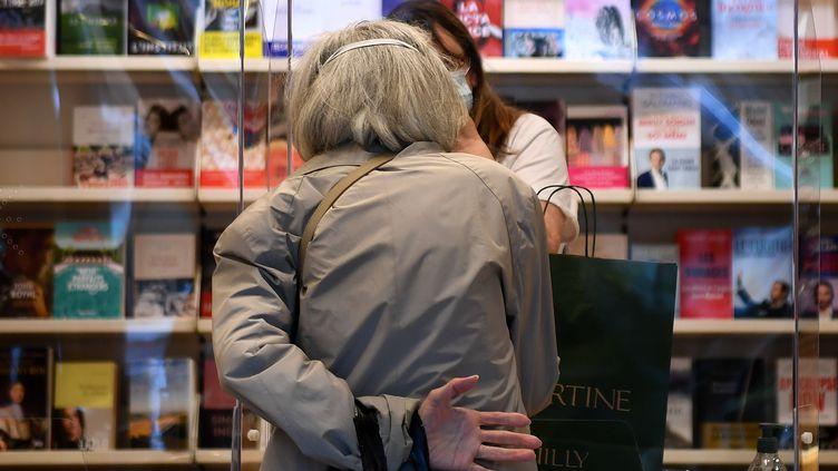 Une cliente dans une librairie à Neuilly-sur-Seine (Hauts-de-Seine), en avril 2020. (FRANCK FIFE / AFP)