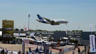 Un Airbus A380 se prépare à atterrir, lundi 19 juin, sur l'aéroport du Bourget au nord de Paris. (ERIC PIERMONT / AFP)