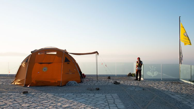 Un secouriste italien près du lieu où le corps du Français a été retrouvé. (ELIANO IMPERATO / AFP)