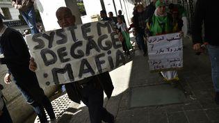 Dixième vendredi consécutif de manifestations contre le régime à Alger, le 26 avril 2019. (RYAD KRAMDI / AFP)