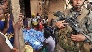 Un soldat français de l'opération Sangaris près d'une veillée mortuaire le 9 février 2014 à Bangui (Centrafrique). (ISSOUF SANOGO / AFP)