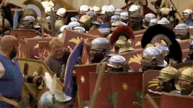 Une scène de guerre jouée aux arènes de Nîmes. (FRANCE 2)
