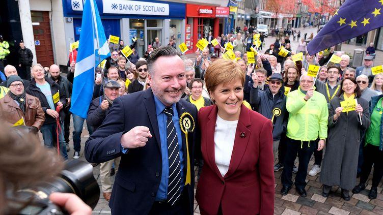 Nicola Sturgeon (à droite), la cheffe du Scottish NationalParty(SNP) et Alyn Smith candidat du SNP aux élections législatives anticipées, à Stirling en Écosse, le 30 octobre 2019. Illustration. (ALEX TODD / MAXPPP)