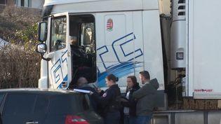 Lundi 18 février, 19 migrants ont été découverts dans un camion à Villeneuve-Saint-Georges (Val-de-Marne). Ils pensaient avoir rejoint l'Angleterre. (FRANCE 3)