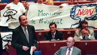 Au Parlement européen, des députés montrent leur désaccord avec la reprise des essais nucléaires français décidée par Jacques Chirac, en juillet 1995. (ERIC CABANIS / AFP)