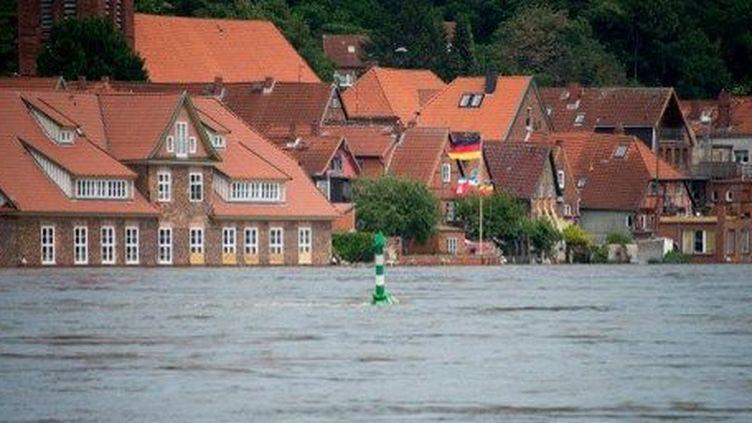 Inondations dans le nord de l'Allemagne en juin 2013. Pour les assureurs, ces inondations ont été la catastrophe la plus chère de l'année 2013. (JOHANNES EISELE / AFP)