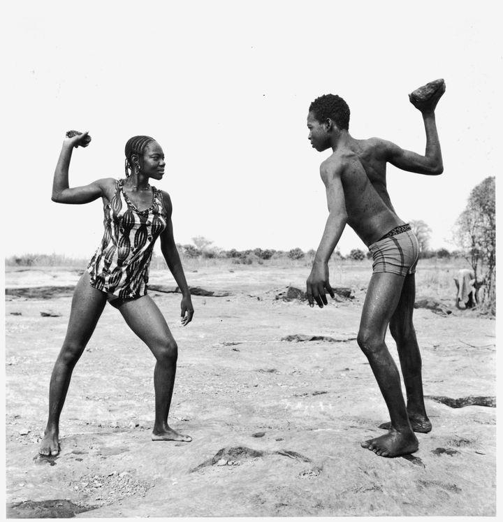 """Combat des amis avec pierres"" de Malick Sidibé (1976)  (Malick Sidibé)"