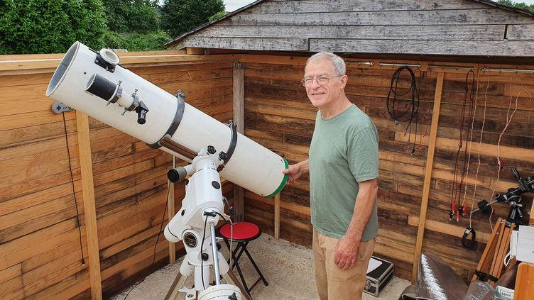 Robert Doulet, président du club d'astronomie de Trilport en Seine-et-Marne, dans l'observatoire aménagé dans son jardin. (BORIS HALLIER / RADIO FRANCE)