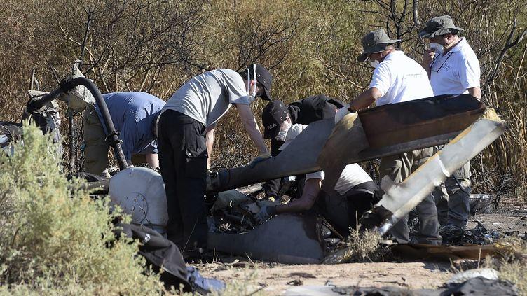 """Les débris de deux hélicoptères, après un accident survenu dans la province de La Rioja (Argentine), sur le tournage de l'émission de TF1 """"Dropped"""", le 10 mars 2015. (Photo d'illustration) (JUAN MABROMATA / AFP)"""
