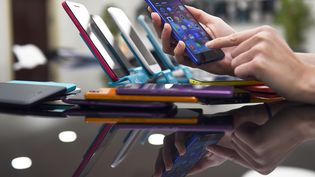 Des smartphones de la marque française Wiko, le 11 avril 2014. (ANNE-CHRISTINE POUJOULAT / AFP)